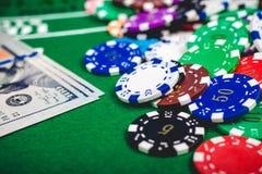 Pokerchiper och sedlar på tabellen fotografering för bildbyråer