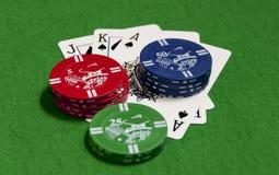 Pokerchiper och spelakort Arkivbilder