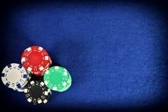 Pokerchiper på blå bakgrund Fotografering för Bildbyråer