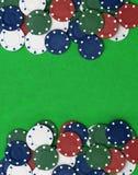 Pokerchiper på en grön tabell Royaltyfri Fotografi