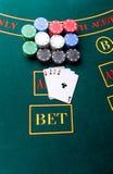 Pokerchiper på en tabell på kasinot royaltyfria foton