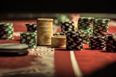 Pokerchiper på pokertabellen på kasinot Royaltyfri Fotografi