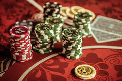 Pokerchiper på tabellen i kasino Fotografering för Bildbyråer