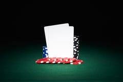 Pokerchiper på tabellen med par av tomma kort Royaltyfri Foto