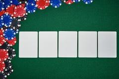 Pokerchiper på tabellen med tomma kort Royaltyfria Foton