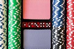 Pokerchiper, tärning och kort Pokeruppsättning abstrakt lekillustration för begrepp 3d Arkivbilder