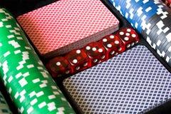 Pokerchiper, tärning och kort Pokeruppsättning abstrakt lekillustration för begrepp 3d Royaltyfri Foto