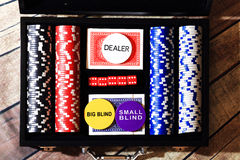 Pokerchipkarten und -würfel im Koffer Lizenzfreie Stockbilder