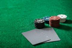 Pokerchips auf einer Pokertabelle Stockfoto