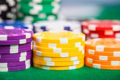 Pokerchips auf Tabelle stockbild