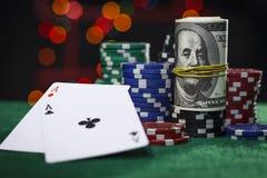 Pokerchips, Dollar und ein Paar Asse stockfotografie