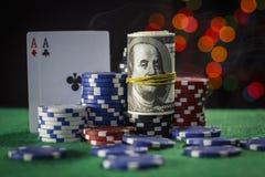 Pokerchips, Dollar und ein Paar Asse lizenzfreies stockfoto
