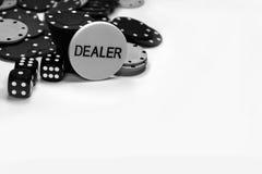 Pokerchips mit Schwarzem würfelt und ein Händlerknopf Stockbild