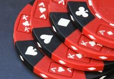 Pokerchips rot und schwarz Lizenzfreie Stockfotos