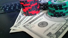Pokerchips und Dollar Stockfoto