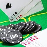 Pokerchips und eine wirksame Kombination des Royal Flushs und der fallenden Spielkarten stockfotos