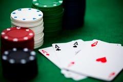 Pokerchips und Karten Stockbild