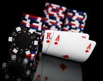 Pokerchips und Karten Stockfotografie