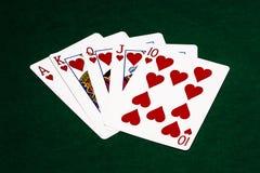 Pokerhänder - kunglig spolning - hjärtor Arkivfoton