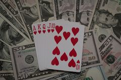Pokerhänder: Kunglig spolning kort spolar leka pokerkunglig person arkivfoto