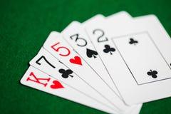 Pokerhand av att spela kort på den gröna kasinotorkduken royaltyfri bild