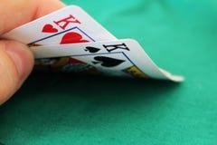 Pokerhand med två konungar i en kasino royaltyfri fotografi