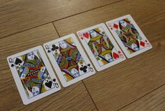 Pokerkarten auf einem hölzernen backround, Satz Königinnen von Vereinen, Diamanten, Spaten und Herzen Lizenzfreie Stockbilder