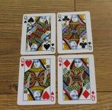 Pokerkarten auf einem hölzernen backround, Satz Königinnen von Vereinen, Diamanten, Spaten und Herzen Stockbilder