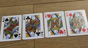 Pokerkarten auf einem hölzernen backround, Satz Königinnen von Vereinen, Diamanten, Spaten und Herzen Lizenzfreie Stockfotografie