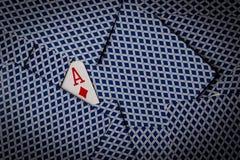 Pokerkarten mit Pik-Ase das Darstellen lizenzfreie stockfotografie