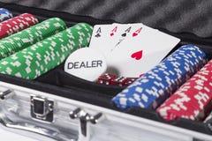 Pokerkasten mit Karten und Chips Stockbild