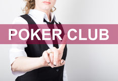 Pokerklubba som är skriftlig på den faktiska skärmen Teknologi-, internet- och nätverkandebegrepp kvinna i en svart affärsskjorta Royaltyfri Fotografi