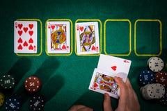 Pokerkonzept mit Karten auf grüner Tabelle Hand-Klassifizierungskategorien: Royal Flush lizenzfreie stockfotografie