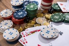 Pokerkort, chiper och mynt Arkivbild