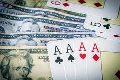 Pokerkort med många oss dollar Arkivfoto