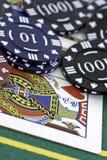 Pokerkort och chiper Arkivfoton