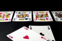Pokerkort och chiper på svart Flod med fyra konungar a royaltyfria foton
