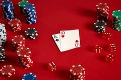 Pokerkort och dobblerichiper på röd bakgrund Royaltyfri Fotografi