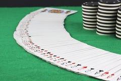 Pokerkort och pokerchiper Fotografering för Bildbyråer