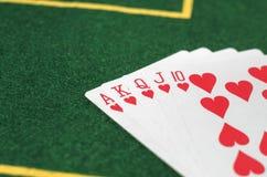 Pokerkort på den gröna tabellen Royaltyfri Foto