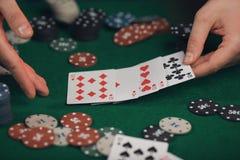 Pokerlek i händer för man` s på den gröna tabellen Royaltyfria Foton