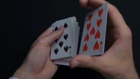 Pokerlek - släpiga kort Händer för man` som s shuffing kort close upp Man` s räcker att hasa spela kort Händer för återförsäljare Royaltyfria Foton