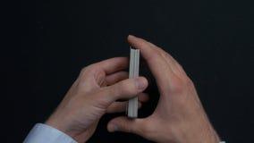 Pokerlek - släpiga kort Händer för man` som s shuffing kort close upp Man` s räcker att hasa spela kort Händer för återförsäljare Arkivfoton