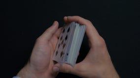 Pokerlek - släpiga kort Händer för man` som s shuffing kort close upp Man` s räcker att hasa spela kort Händer för återförsäljare Royaltyfri Fotografi