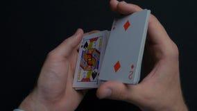 Pokerlek - släpiga kort Händer för man` som s shuffing kort close upp Man` s räcker att hasa spela kort Händer för återförsäljare Fotografering för Bildbyråer