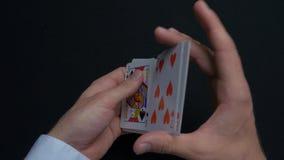Pokerlek - släpiga kort Händer för man` som s shuffing kort close upp Man` s räcker att hasa spela kort Händer för återförsäljare Arkivbilder