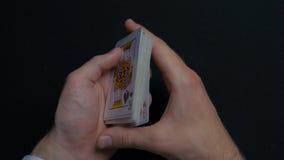 Pokerlek - släpiga kort Händer för man` som s shuffing kort close upp Man` s räcker att hasa spela kort Händer för återförsäljare Royaltyfri Foto