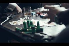 Pokerlek, vapen och whisky royaltyfri foto