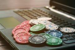 Pokeronline-idé Något chiper och rött tärnar på en tabell arkivbilder