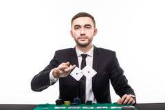 Pokerspelare i dräkt som kastar två topp- kort Royaltyfri Foto